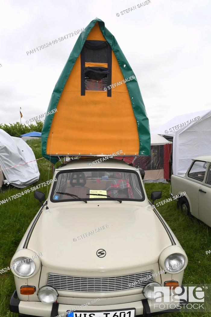 Imagen: A Trabant mounted with a roof luggage rack tent parked in the Flugplatz in Anklam, Germany, 24 May 2017. Around 1000 fans of the communist-era cars will be.