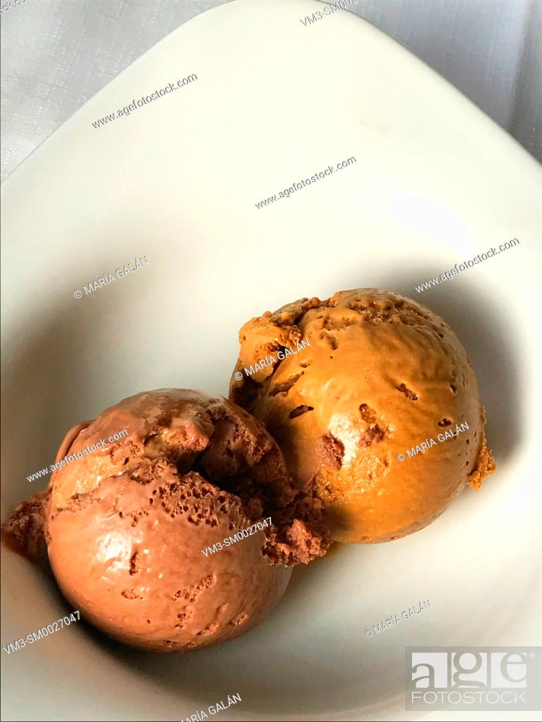 Imagen: Chocolate and toffee ice cream balls.