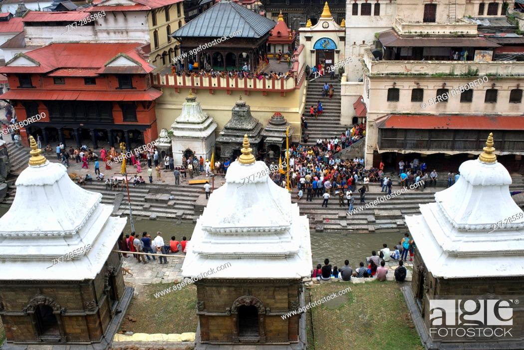 Imagen: Ceremonial cremation place, Ghats, of Pashupatinath Temple at the holy Bagmati river, Kathmandu, Nepal.
