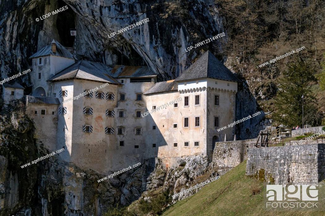 Imagen: The 12th century Gothic style Predjama Castle known locally as Predjamski Grad.
