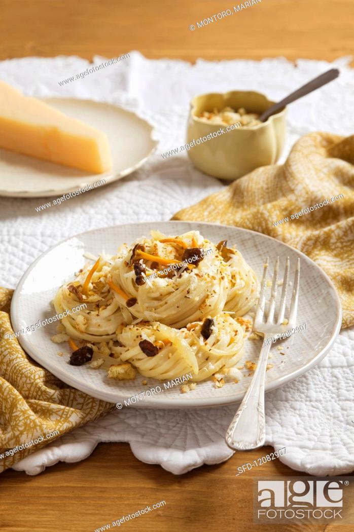 Photo de stock: Noodles with black chanterelles and garlic breadcrumbs.