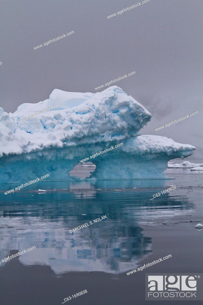 Imagen: Icebergs near the Antarctic Peninsula during the summer months, Antarctica, Southern Ocean.
