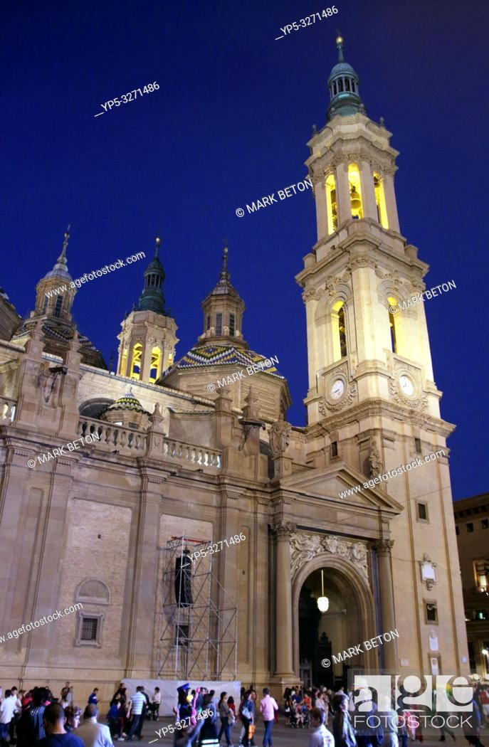 Imagen: Basílica de Nuestra Señora del Pilar at night Zaragoza Spain.
