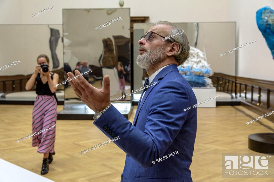 Imagen: Sculptor and Painter Petr Pisarik at the opening his exhibition Space Maker in Gallery Rudolfinum (CTK Photo/Petr Salek).