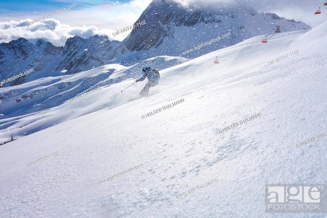 Stock Photo: Deutschland, Bayern, Zugspitz Arena, Mann fährt Ski abseits der Piste.
