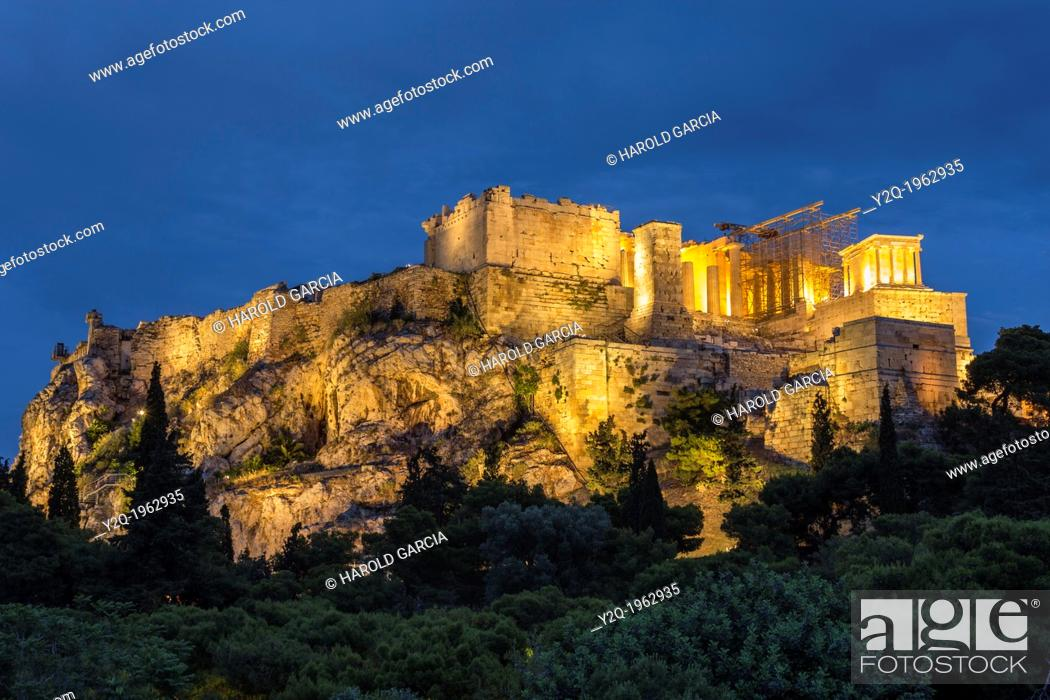 Imagen: Acropolis Hill with the Parthenon construction shot in blue hour, Athens, Greece.