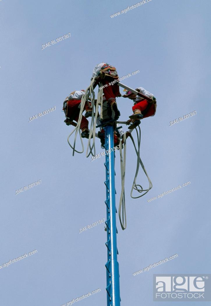 Imagen: Voladores (flying men) on the platform atop the pole, El Tajin, Veracruz, Mexico.
