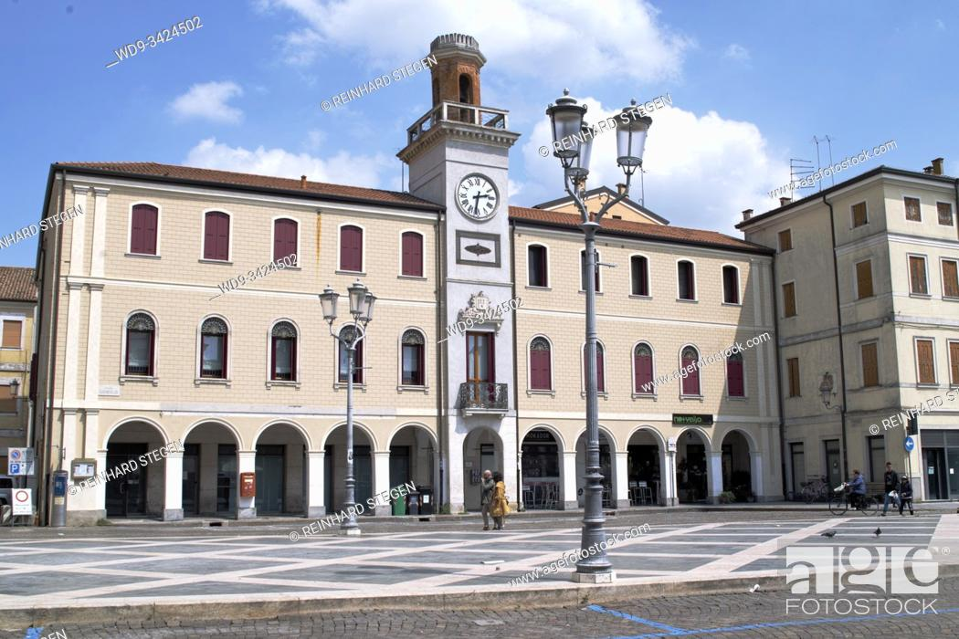 Imagen: Townhall of Adria, situated on river Po. Veneto, Italy.