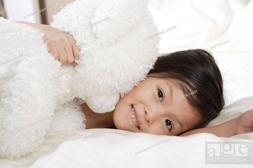 Imagen: one Chinese girl lying on the bed.