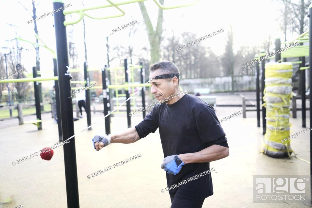 Imagen: Mature man training in park. Paris, France.
