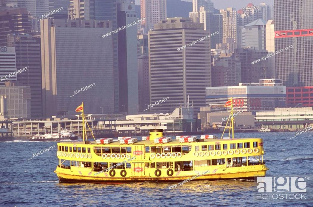 Stock Photo: Hong-Kong - Ferry entre a Hong-Kong - Kowloon.