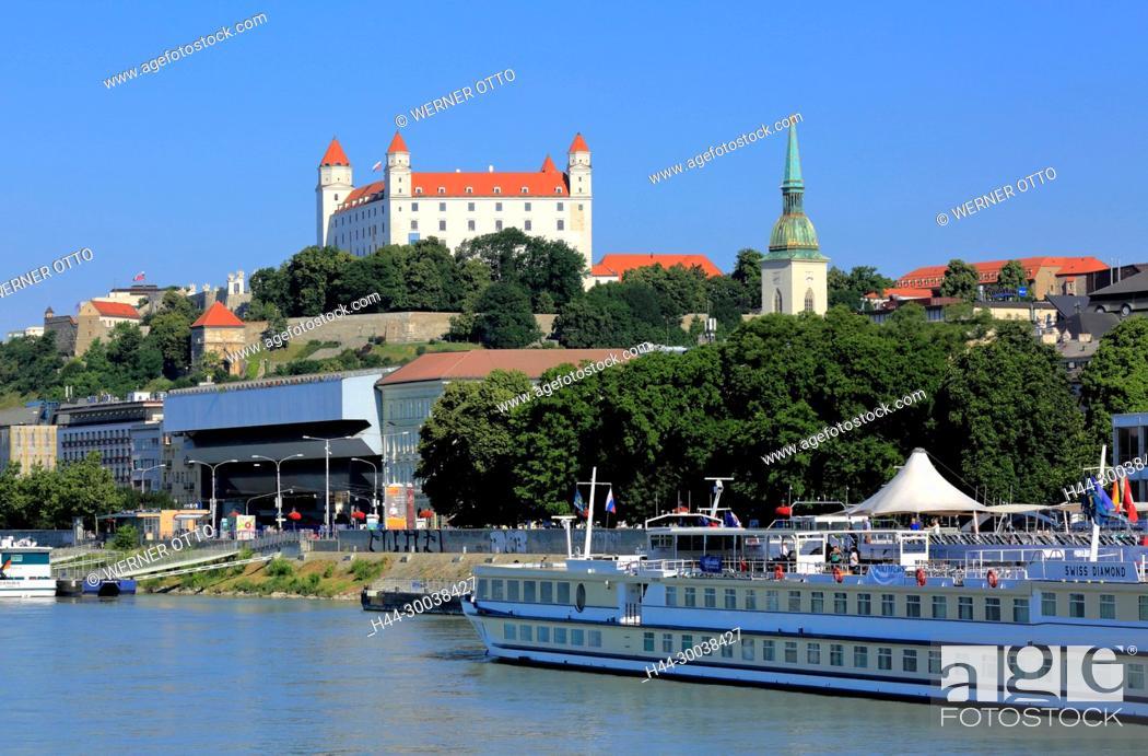 Stock Photo: Slowakische Republik, Slowakei, Westslowakei, Bratislava, Pressburg, Hauptstadt, Donau, Kleine Karpaten, Burg Bratislava auf dem Burgberg und Martinsdom.