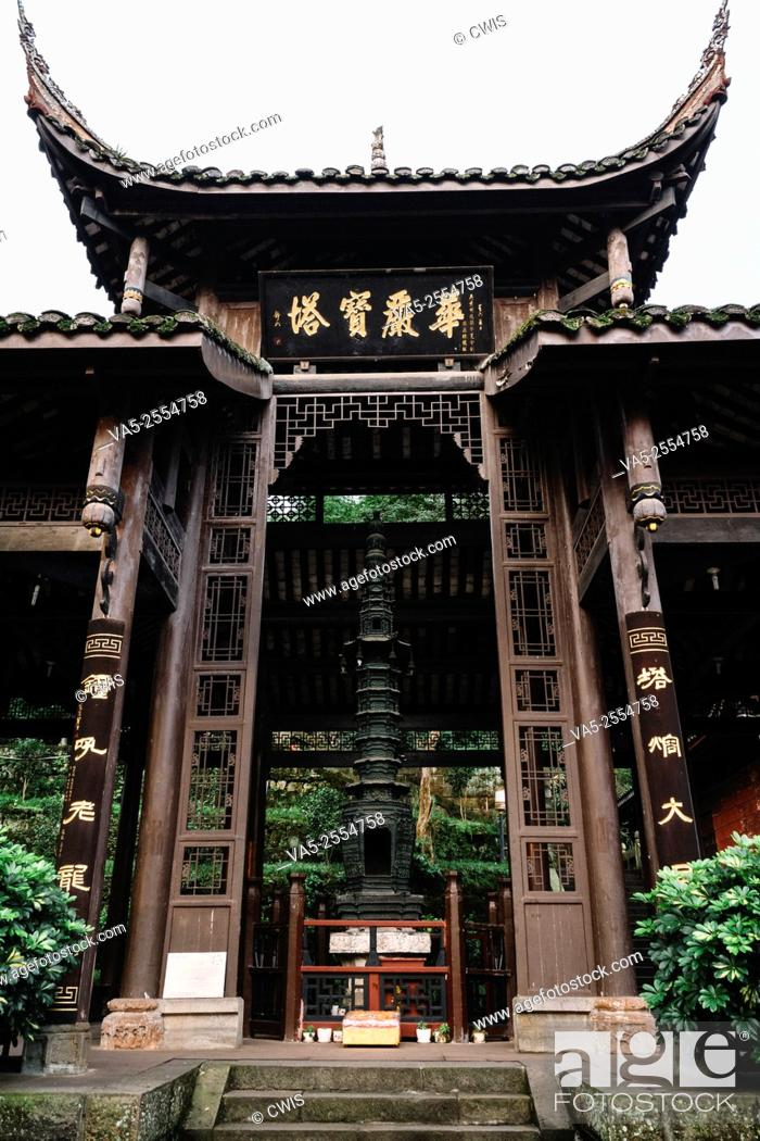 Imagen: A Buddhism Temple in Emei Mountain, there's a bronze pagoda within.