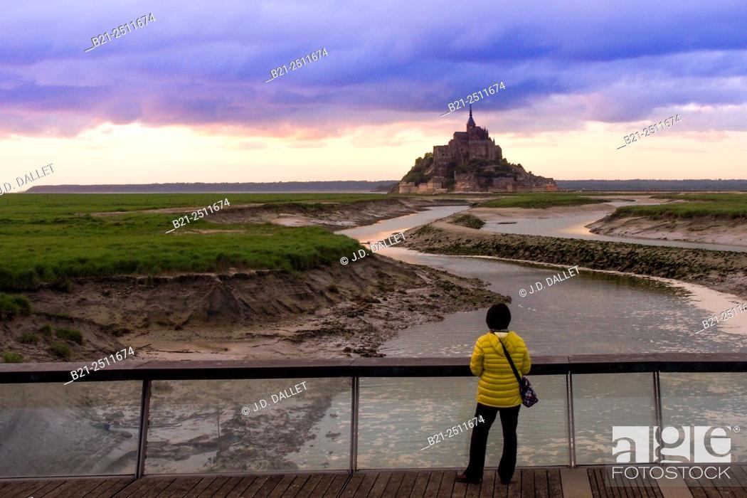 Photo de stock: The Mont Saint Michel from the bridge over Couesnon river, Manche, Normandy, France.