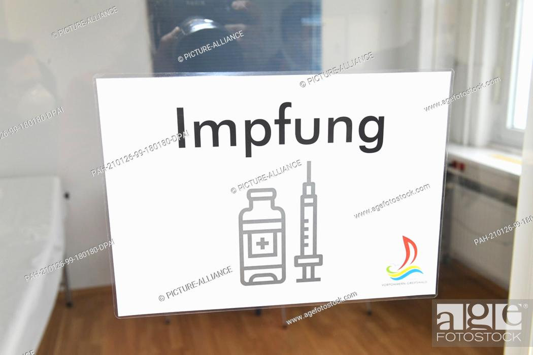 """Imagen: 26 January 2021, Mecklenburg-Western Pomerania, Greifswald: A sign with the words """"""""vaccination"""""""" hangs on a door in the vaccination centre of the district of."""