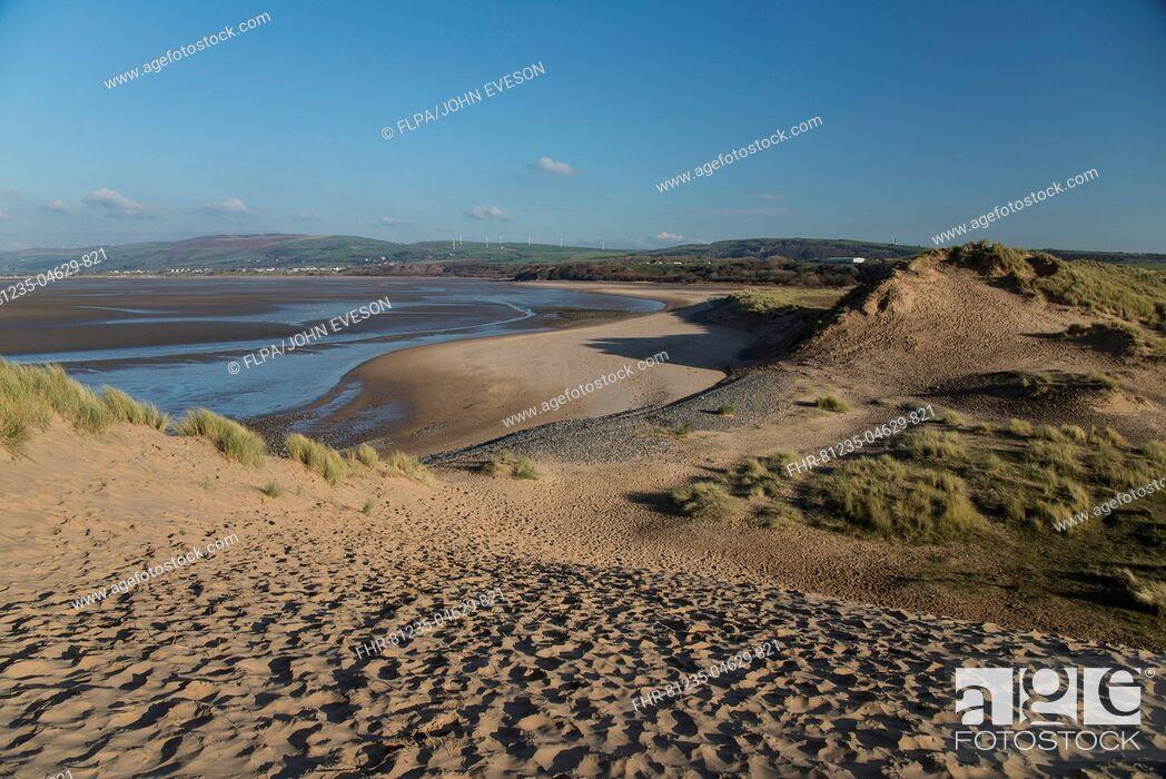 Imagen: View of sand dunes and estuary, Duddon Sands, Duddon Estuary, Sandscale Haws N.N.R., Cumbria, England, November.