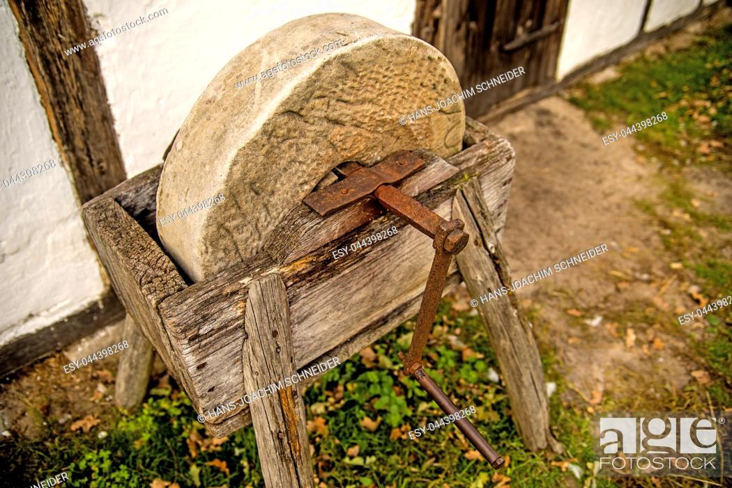 Imagen: old rotary grindstone at a country house.