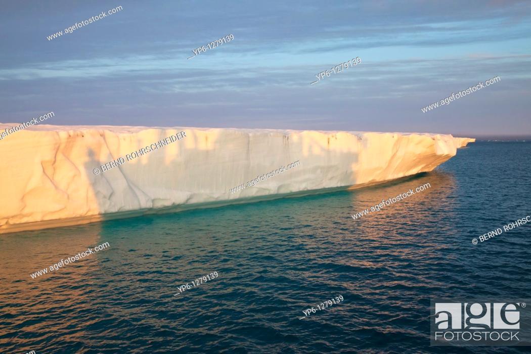 Photo de stock: glacier Brasvellbreen in sunset light with shadow of a ship, Nordaustlandet, Svalbard.