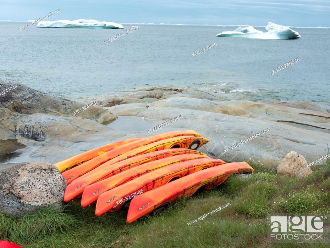 Imagen: Kayak at the shore of Disko Bay. Town Ilulissat at the shore of Disko Bay in West Greenland, center for tourism, administration and economy.