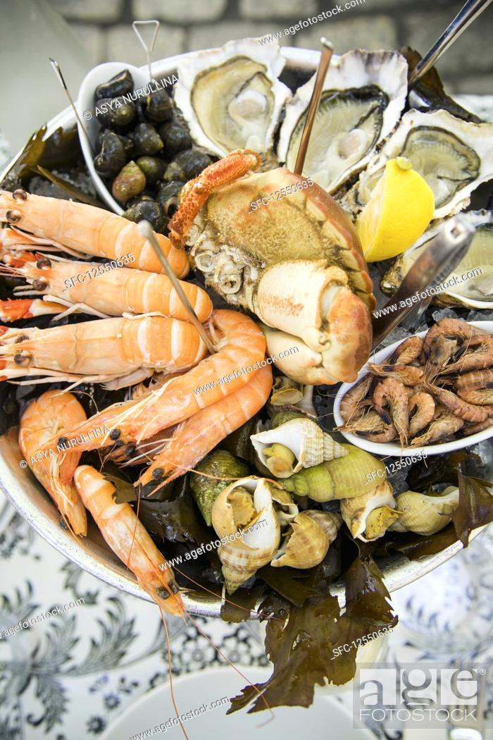 Imagen: Plate with fresh assorted seafood in french summer restaurant.