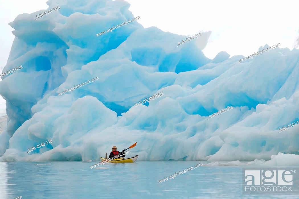 Imagen: Sea Kayaker and Iceberg.