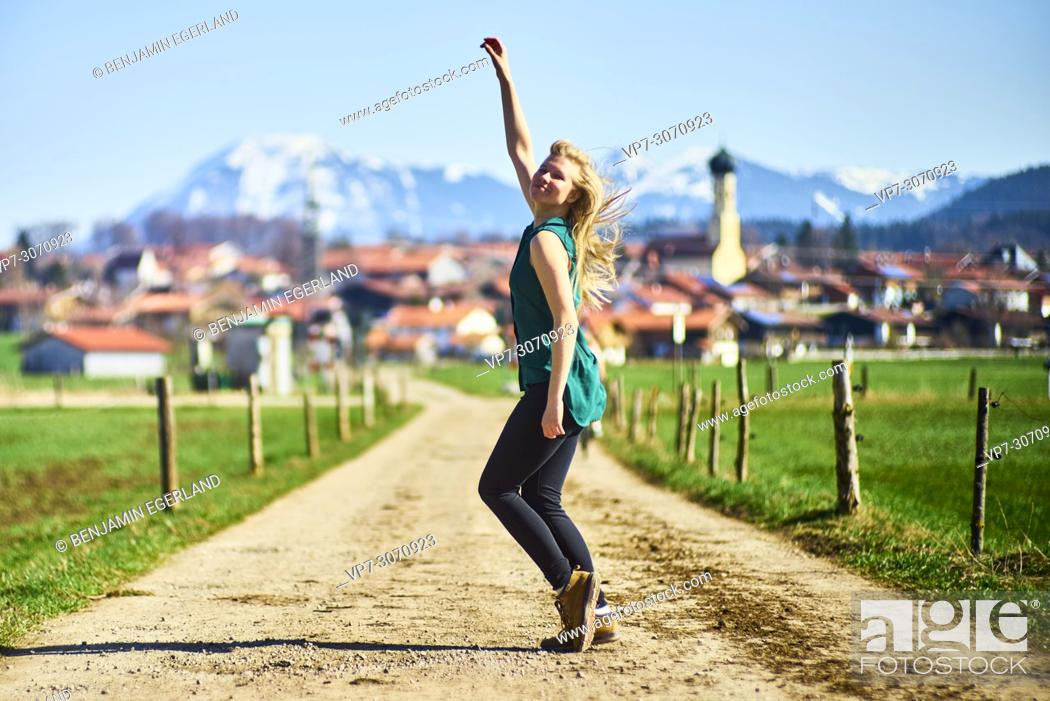 Imagen: Lively woman on day trip at country side. Waakirchen, Bavaria, Germany.