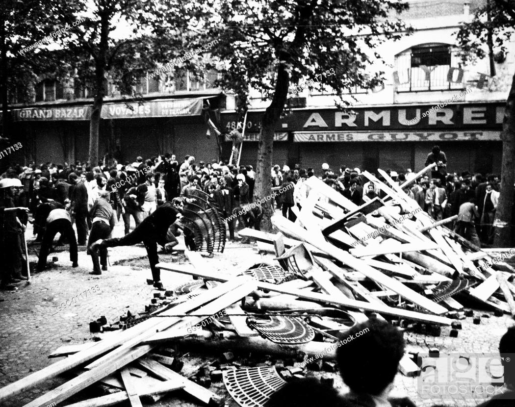 Imagen: PARIS STUDENT REVOLT, 1968.Students building barricades near Place de la Bastille, Paris, France. Photograph, 24 May 1968.