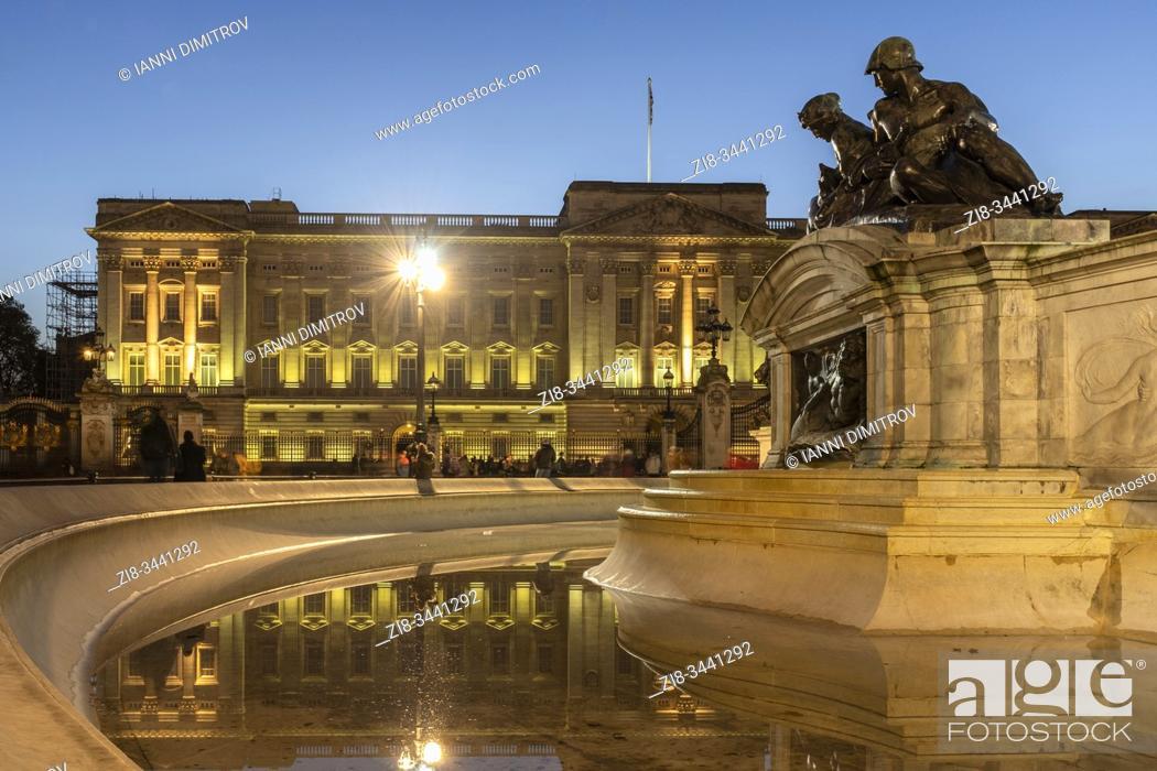 Stock Photo: Buckingham Palace at night, London, England.