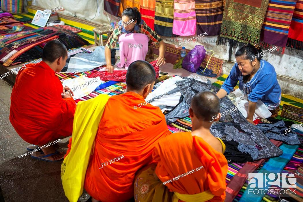 Imagen: Monks buying fabric at the night market in Luang Prabang, Laos.