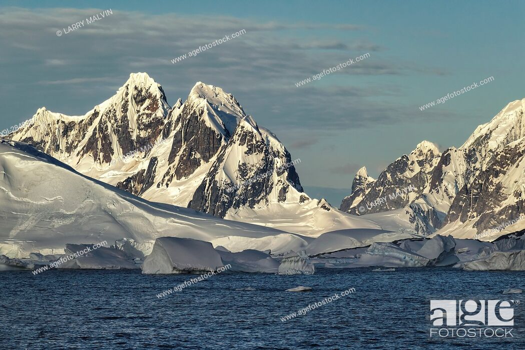Imagen: Jagged mountains, glaciers and foreground icebergs along the Antarctic Peninsula.