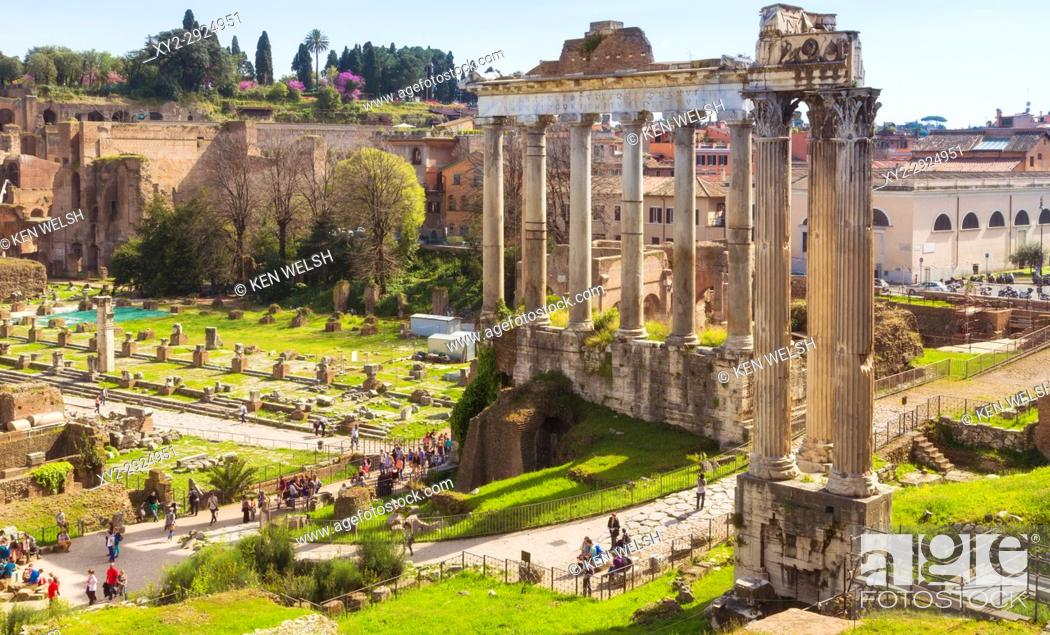 Imagen: Rome, Italy. The Roman Forum. The three columns in the foreground are those of the Temple of Vespasian. Behind are the columns of the Temple of Saturn.