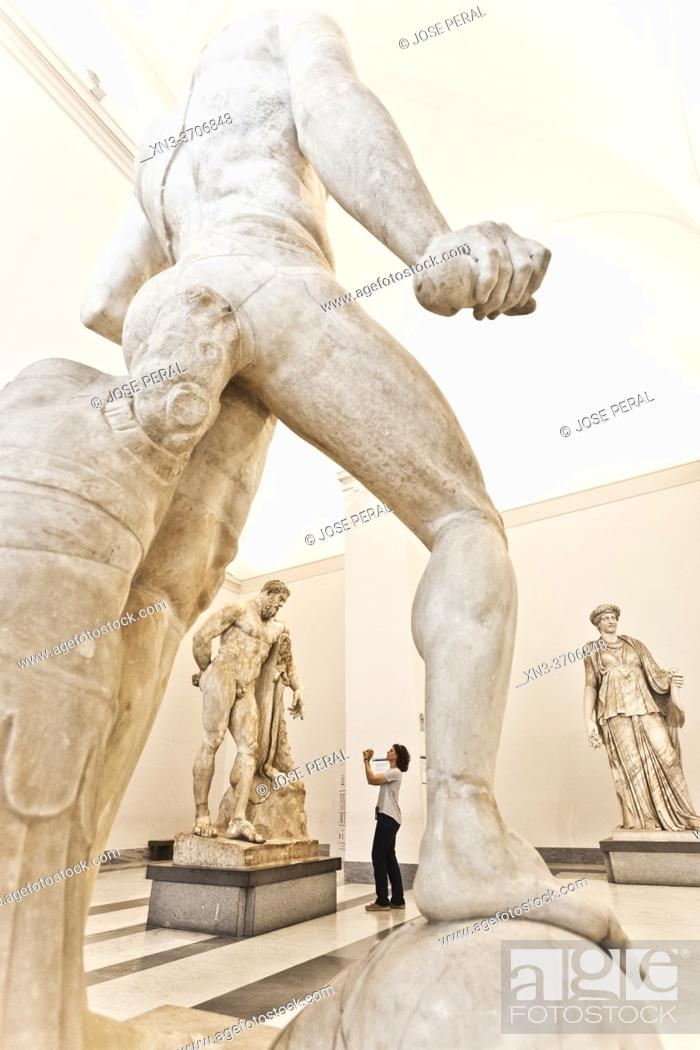 Imagen: The Farnese Hercules, c. 216 AD (4th century BC for original) at the background, marble statue, National Archaeological Museum of Naples, MANN, Naples city.
