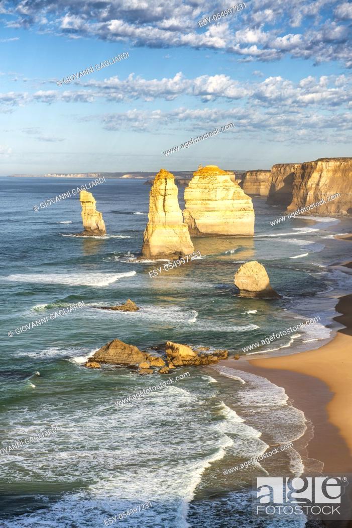Imagen: Sunset view of Twelve Apostles along Great Ocean Road, Australia.