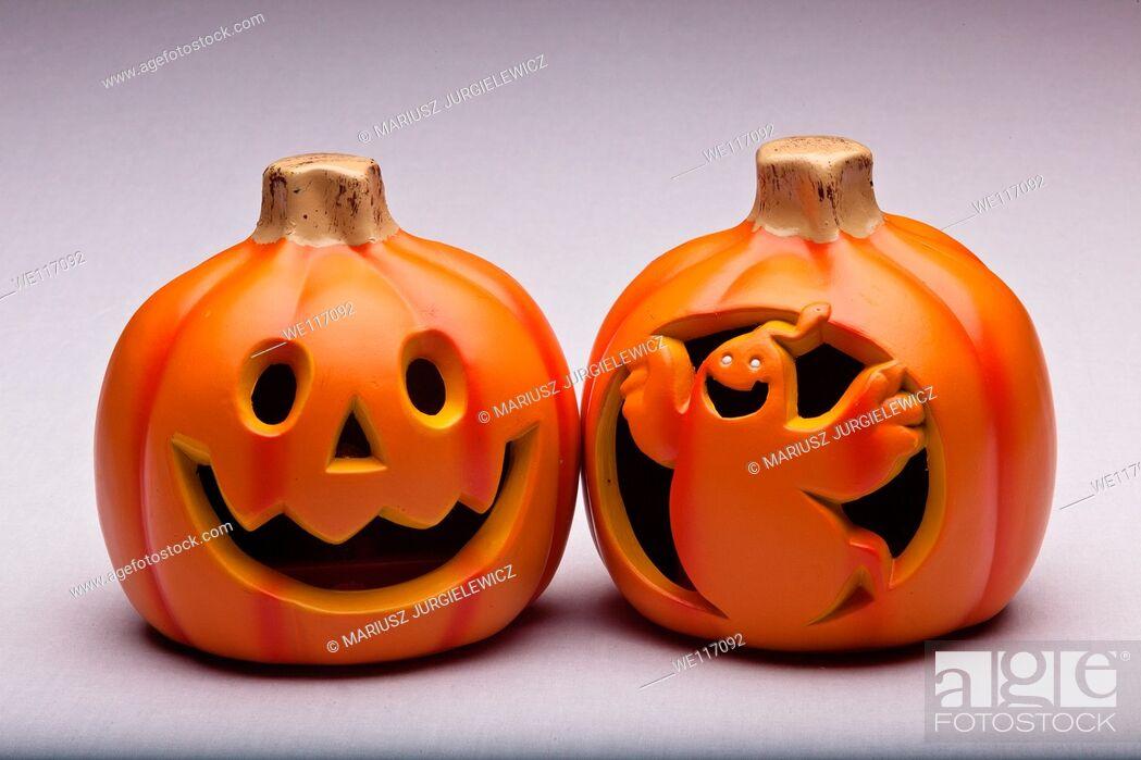 Imagen: Plastic Halloween Jack o' Lantern decoration imitating curved pumpkin.
