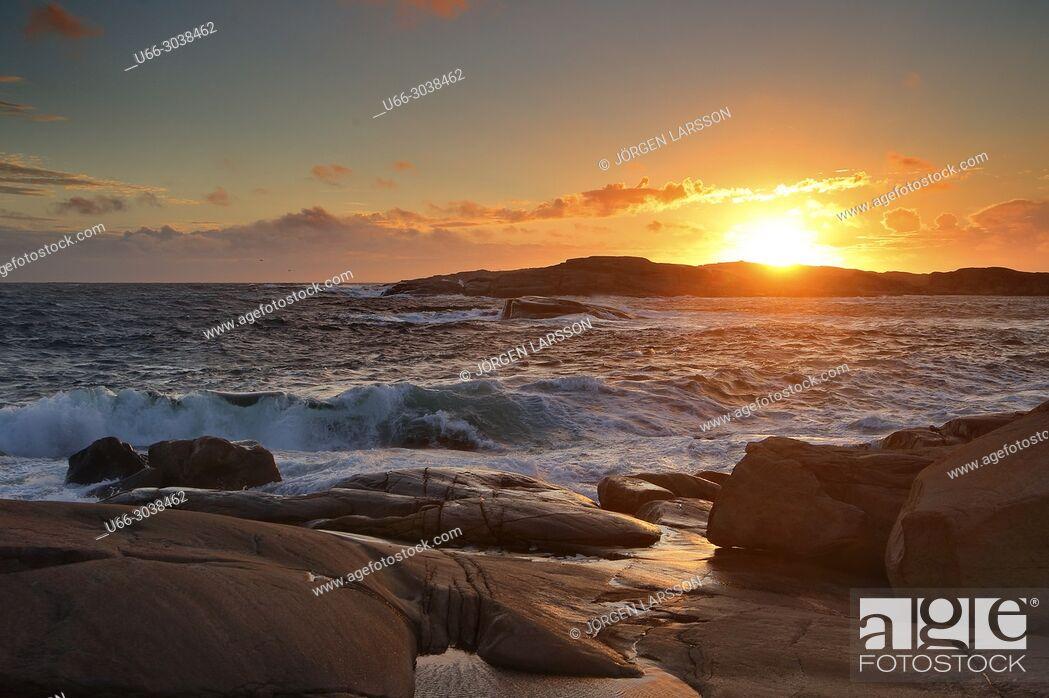 Imagen: Waves and sunset in Smogen, Bohuslan, Sweden.