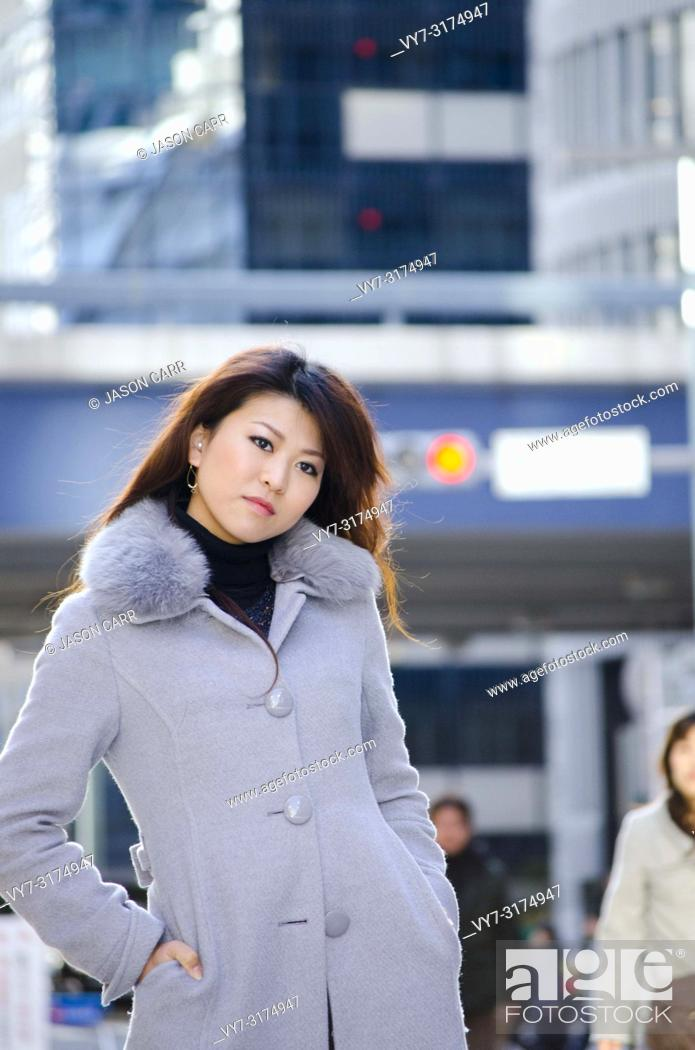 Imagen: Japanese Girl poses on the street in Ginza, Japan. Ginza is a shopping city located in Tokyo.
