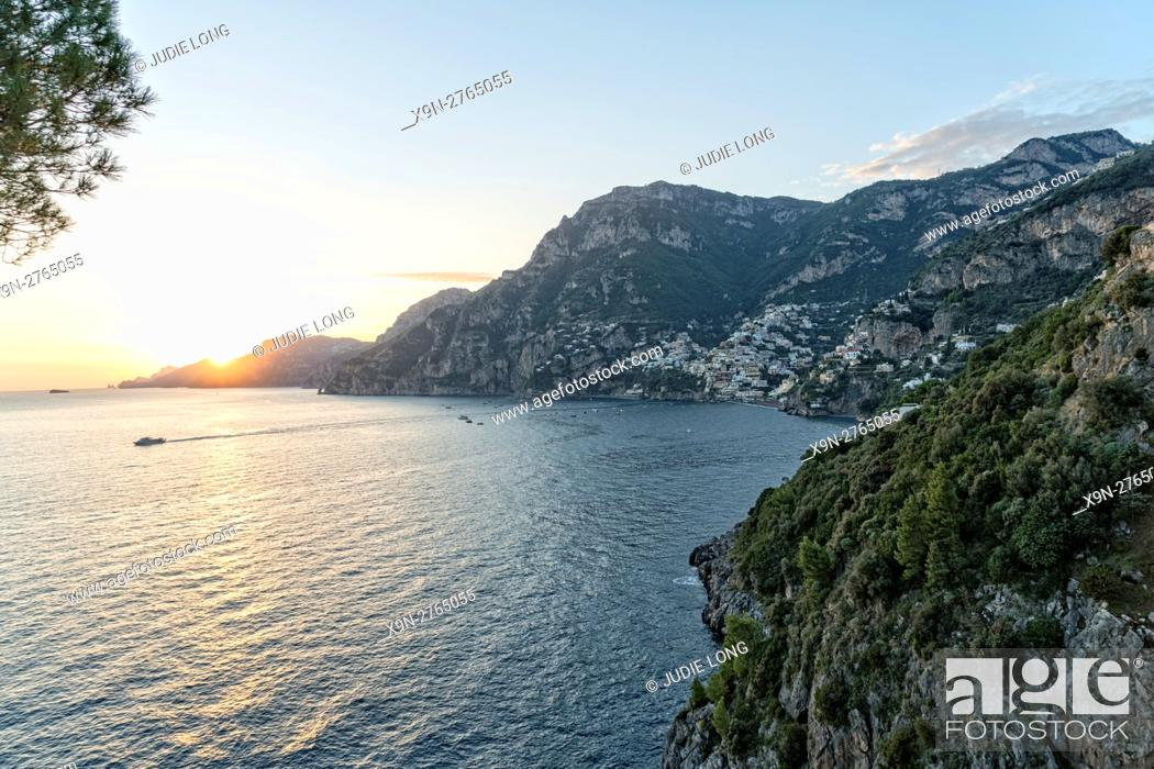 Imagen: Looking East at the Village of Positano, Amalfi Coast, Italy.
