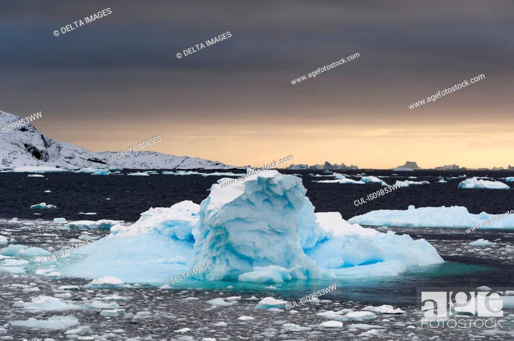Imagen: Icebergs at sunset in the Lemaire channel, Antarctica.