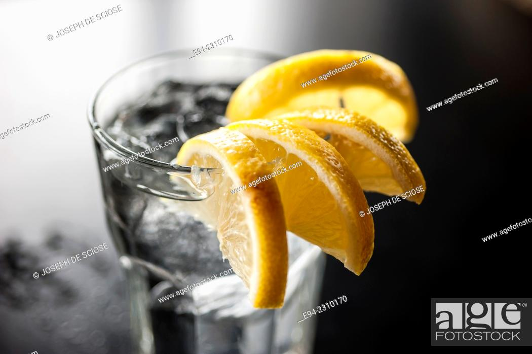 Photo de stock: A glass of water with lemon wedges on the edge of a glass on a table in a restaurant, Alabama.