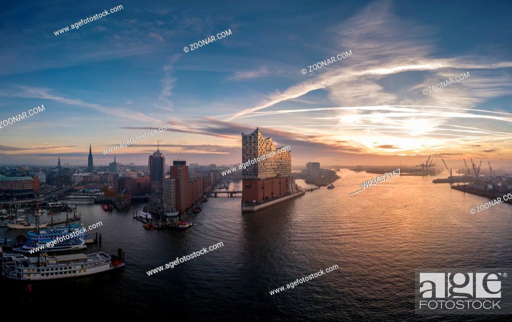 Stock Photo: Elbphilharmonie mit Hafencity und Speicherstadt bei schönem Sonnenaufgang.