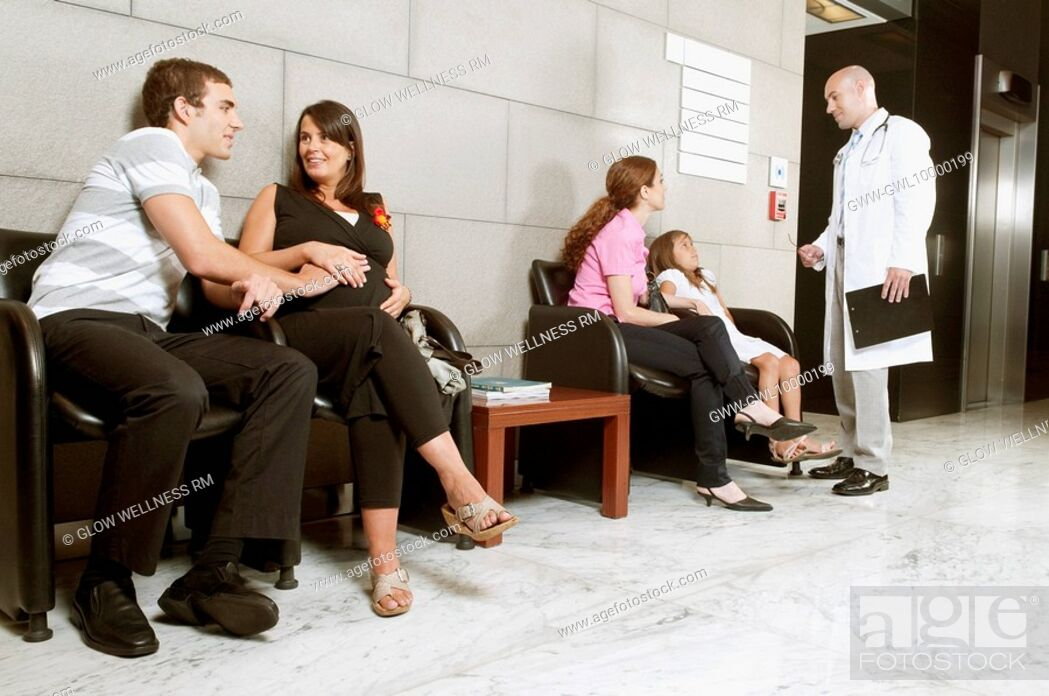 Imagen: Patients and a doctor in a waiting room.