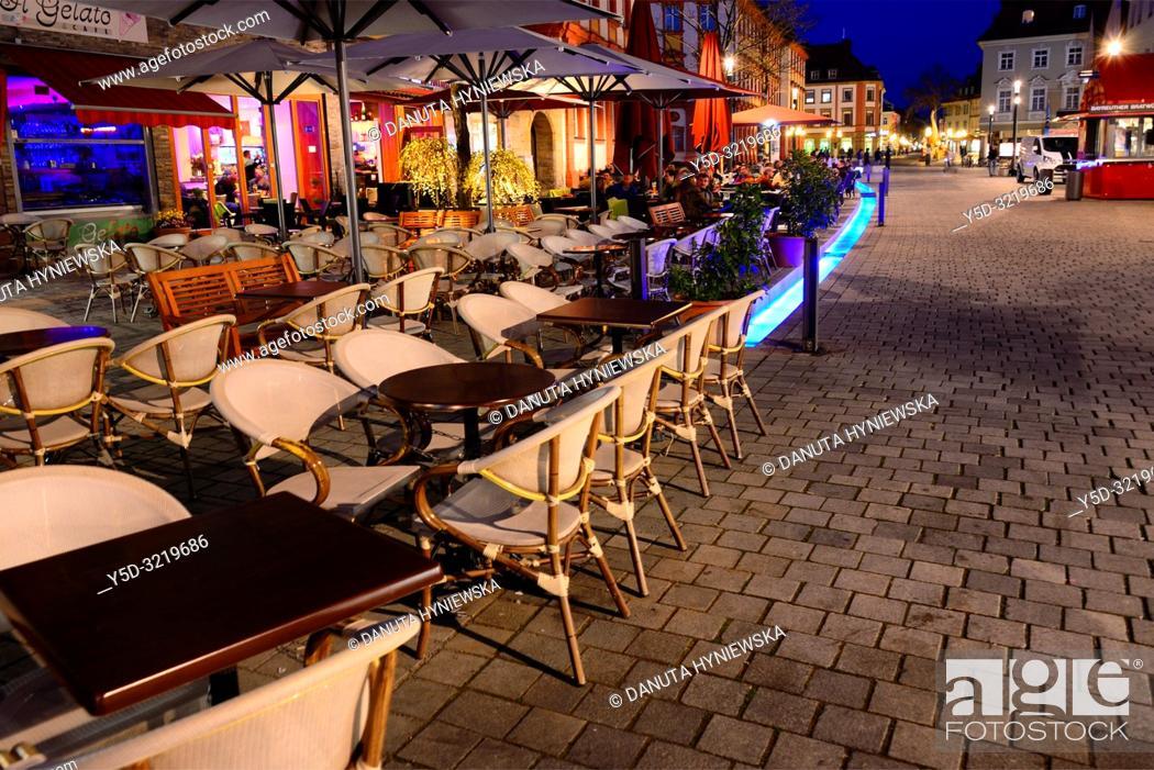 Imagen: Street scene at night, Maximilianstrasse - main touristic promenade in old town, Bayreuth, capital of Upper Franconia, Bavaria, Bayern, Germany, Europe.