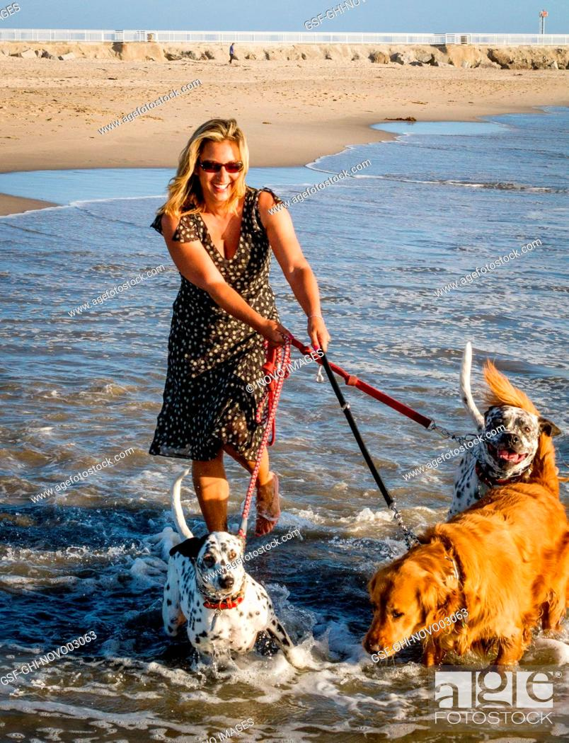Imagen: Portrait of Woman with Three Dogs on Beach.