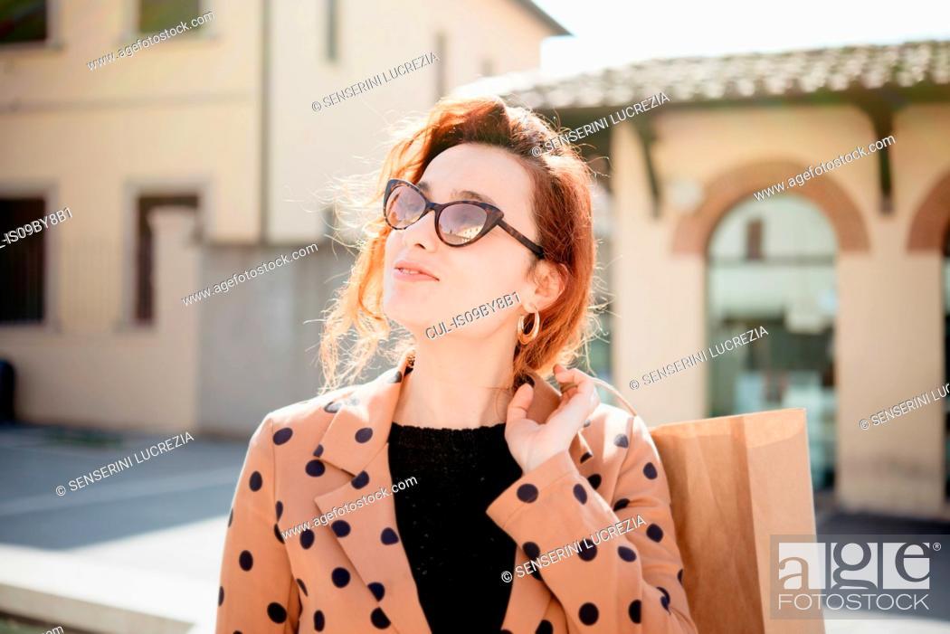 Photo de stock: Female shopper sightseeing in piazza, Arezzo, Toscana, Italy.