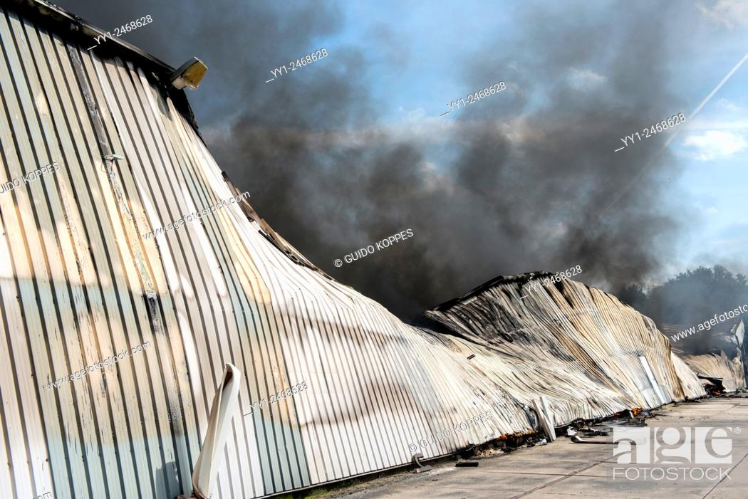 Imagen: Tilburg, Netherlands. A large fire blazing inside a warehouse for plastic garden furniture at an industrial estate, with smoke nuisance as a result.