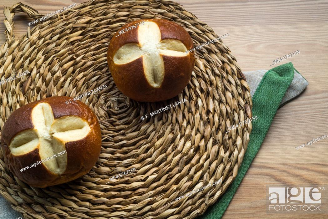 Imagen: Bavarian rolls on a wicker plate.