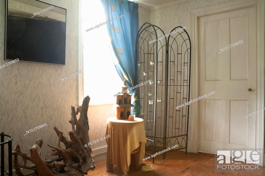 Imagen: Room with window and door in old house.