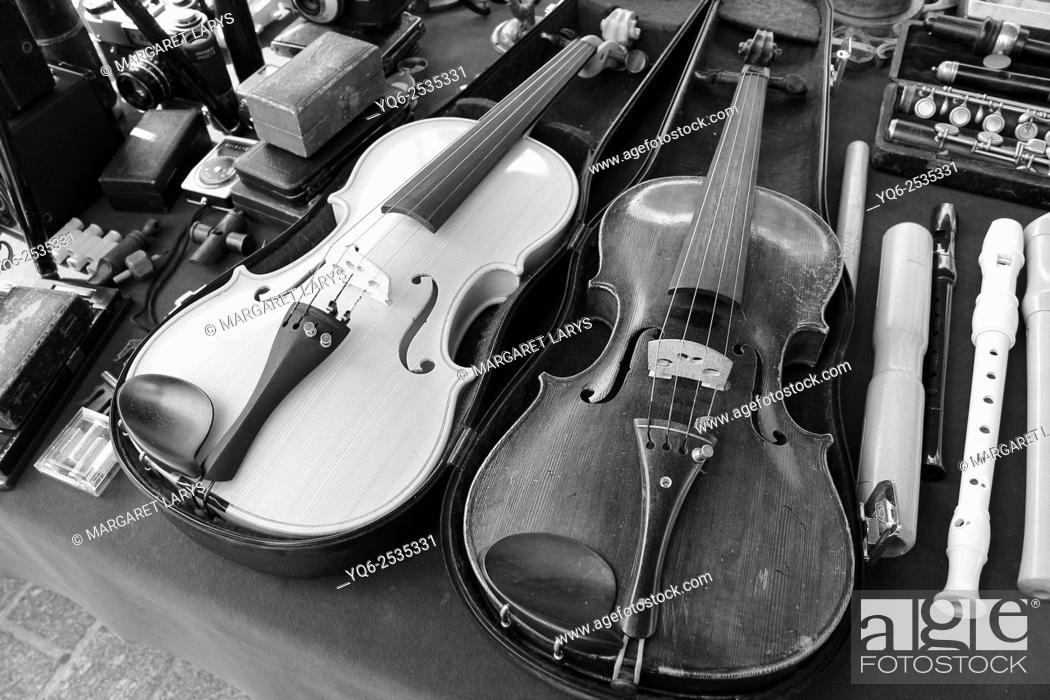 Stock Photo: Vintage violins in the antiques fair in Krakow, blacn and white.