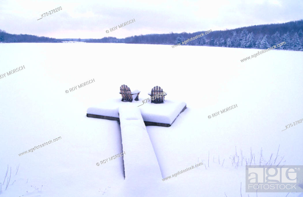 Imagen: Adirondack chairs in a dock in winter. Poconos. Pennsylvania.