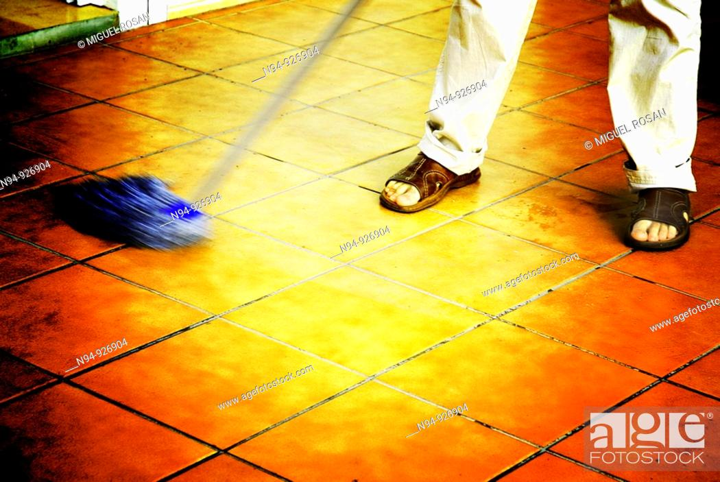Imagen: Man mopping the floor of the terrace.